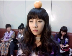 sunmi with orange on her head