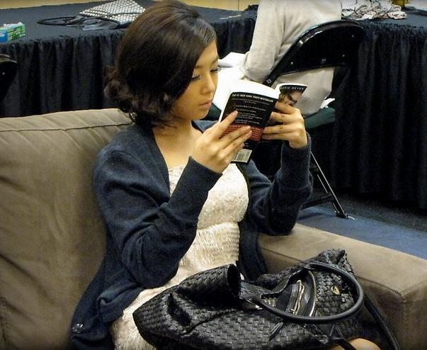 "Yoobin reading ""Twilight"""